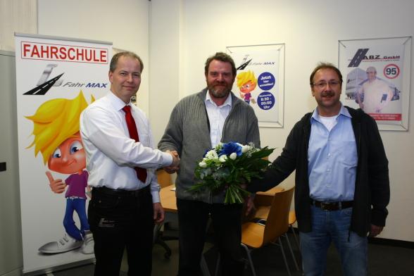 Gesellschafter Wolfgang Kramp und Reiner Geiser mit ihrem neuen Geschäftsführer Peter Langerfeld in der Fahrschule Heinsberg Fahr MAX.